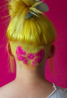 Diese knallig pinke Haarschleife. | 16 farbenfrohe Undercuts, bei denen sich Deine Frisur langweilig anfühlt