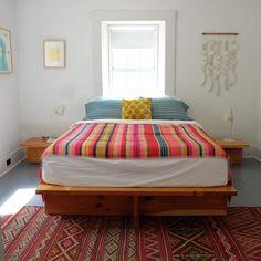 Lit Plate-forme Diy, Mexican Home Decor, Mexican Bedroom Decor, Mexican Style Bedrooms, Mexican Blanket Decor, Diy Platform Bed, Interior Design Themes, Contemporary Home Decor, Contemporary Kitchens