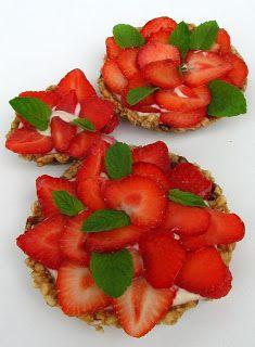 Gitta nyersétel blogja: Epres mini tortácskák Minion, Fruit Salad, Strawberry, Food, Fruit Salads, Essen, Minions, Strawberry Fruit, Meals