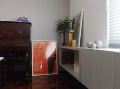 Canto do Piano | Posters e plantas dão cor e vida ao canto decorado com clima sóbrio | marcelasantiago.com.br
