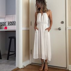 Urban outfitter white maxi dress Alice & UO Urban outfitter white maxi dress. Thin straps, Criss-cross adjustable straps. Lined, two front pockets Urban Outfitters Dresses Maxi