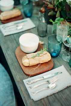 Bread rolls with sprigs of rosemary on wooden boards add to the alfresco mood. Photo By Rylee Hitchner Photography. #tabledecor #alfresco