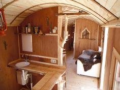 Unsere Wägen sind Neuaufbauten. Nach dem Sandstrahlen wird das Wagengestell lackiert und die Bodenplatte mit Fichtenbohlen beblankt. Darauf wird ein neues Holzständerwerk errichtet und mit Lärchenschalung (Nut/Feder) von aussen verkleidet. Die Wände sind mit 60 mm dicken ökologischen Holzfaserplatten gedämmt. Die Maße des Innenraumes betragen ca. 8 m Länge und ca. 2,25 m Breite (18m²). Der Wohnraum kann in drei halboffene Segmente (Küche, Wohnraum, Schlafbereich) unterteilt werden. Der H...