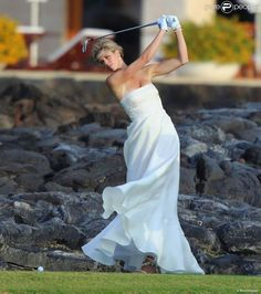 Anna Rowson s'offre quelques swings au milieu de son mariage avec Ted Chevrin sur l'île de Maui à...