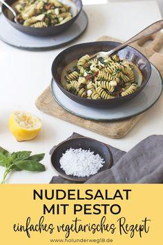 Leckerer Nudelsalat ohne Mayo: Dieses Nudelsalat-rezept wird ohne Mayo zubereitet, dafür mit frischem Basilikum-Petersilien-Pesto, gerösteten Sonnenblumenkernen, Mozzarella und getrockneten Tomaten. Super einfach vorzubereiten und richtig lecker - perfekt zum Grillen, aber auch als Mittagessen für deine Lunchbox!#nudelsalatohnemayo #nudelsalatrezept #nudelsalatvegetarisch Mozzarella, Grains, Curry, Rice, Ethnic Recipes, Foodblogger, Summer Vibes, Germany, Pasta Salad
