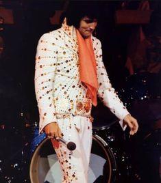 Elvis at the Las Vegas Hilton january / february Elvis Presley Lyrics, Elvis Aloha From Hawaii, The Searchers, Elvis In Concert, Elvis And Priscilla, Las Vegas Shows, Graceland, Belle Photo, Rey