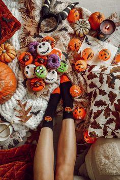 In nur wenigen Handgriffen verwandelt ihr mit Lichterketten, Kürbissen und Blättern euer Zuhause in ein schaurig-schönes Zuhause. Fehlt nur noch eine heiße Schokolade und Donuts und die Sofa Party kann beginnen. Instagram Feed, Halloween Buffet, Halloween Ideas, Autumn Aesthetic, Party, Creative, Donuts, Sofa, Seasons