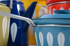 catherine holm enamelware - I have the beigey green one on the far left, use it for my kitchen compost bucket. LOVE this stuff. Vintage Enamelware, Vintage Glassware, Compost Bucket, Enamel Pan, Vintage Kitchen Accessories, Enamel Cookware, Lotus Design, H & M Home, Mid Century Design