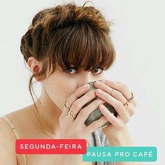 Bom dia! Começando a semana com café e inspiração da tendência que está voltando com tudo: Franjinha ! ☕️Quem curte? #horadosalao #franja #café #segunda