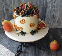 Внутри ванильный бисквит, пропитанный пломбиром, шоколадный крем на сливках, прослойка из свежих клубники, малины и ежевики. Автор instagram.com/ky_kydesnica