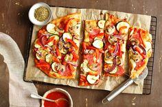 Pizza z salami i warzywami Low Carb Pizza, Vegetable Pizza, Vegetables, Food, Chef Recipes, Food Food, Essen, Vegetable Recipes, Meals
