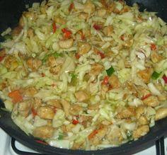 Mäsko na čínsky spôsob - Mäso nakrájam na menšie kocky. Pridám žĺtok, 2-3 PL sójovej omáčky, 1-2 PL Solamylu, korenie na čínu, kari korenie, soľ, môže vegeta,  premiešam a nechám stáť 24 hodín. Šalát: Menšiu kapustovú hlávku nakrájam, pridám kápiu, cibuľku, soľ, 2-3 PL vody, 2 PL octu, 3 PL sójovej omáčky, 3 PL bieleho vína,  2 KL cukru, 1/2 KL soli. Premiešam a nechám postáť. Na rozpálenom oleji mäso do mäkka, pridám kapustový šalát a prehrievam 5-8 minút, nemusí byť kapusta mäkká. Czech Recipes, Russian Recipes, Ethnic Recipes, Meat Recipes, Chicken Recipes, Pecan Pralines, Fried Rice, Entrees, Cabbage