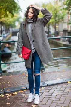 少し大き目サイズのコートに合わせても、素敵! バッグの色がポイントになっていますね♪