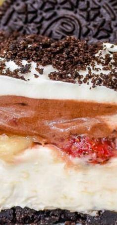 No Bake Banana Split Oreo Dessert - layers of creamy cheesecake, pudding, and fresh fruit makes this an incredible no bake dessert for picnics and parties. Banana Dessert, Oreo Dessert, Best Oatmeal Cookies, Baked Banana, Banana Split, Frozen Treats, No Bake Desserts, Summer Recipes, Lasagna