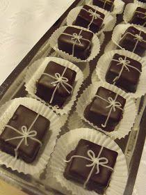 Megvolt a lehetséges karácsonyi ajándékok egyik főpróbája. Tavaly nagy sikere volt a saját készítésű bonbonoknak, ezt a vonalat az ... Images Of Chocolate, Lollipop Candy, Food Crafts, Macaron, Christmas Goodies, Bite Size, Cupcake Cakes, Cake Decorating, Bakery