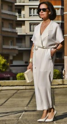 Mono pantalón blanco en look blanco total great dressing over 50 летняя мод Over 50 Womens Fashion, Fashion Over 50, Look Fashion, Fashion Ideas, Unique Fashion, Korean Fashion, Fashion Tips, Rompers Women, Jumpsuits For Women