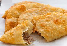 Eskişehir denilince ilk akla gelenlerden olan Çiğ Böreği, sayfamızdaki Ev Yapımı Çiğ Börek Tarifini izleyerek artık evinizde yapabilirsiniz. Kırım Tatar Mutfağının bu güzel böreği, damak tad…