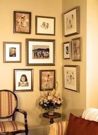 Way to decorate corner. Hang random collections -- easy to add pieces as you go! Wall Hanging Arrangements, Wall Groupings, Hanging Pictures On The Wall, Hanging Artwork, Picture Frame Art, Picture Collages, Corner Wall, Family Pictures, Architecture