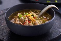 Thaisuppe med strimlet svinebiff og eggnudler