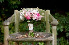 vintage bruidsboeket op oude verweerde stoel, kleurrijk, vrolijk, rozen, vintage, gipskruid, roos, roze, bloemen, flowers, bloem, pioenroos, wit, kant, wedding, bridal bouquet, bride's bouquet, roses, rose, http://www.rikkemienfotografie.nl/