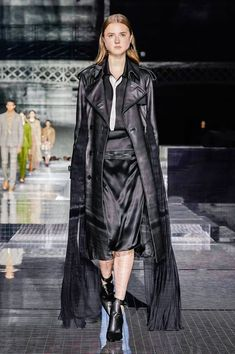 Burberry Fall 2020 Ready-to-Wear Fashion Show Collection: See the complete Burberry Fall 2020 Ready-to-Wear collection. Look 24 Vogue Paris, Burberry, Fashion Show Collection, Leather Design, Mannequins, Leather Fashion, Beautiful Outfits, Fashion Brands, Fall Winter