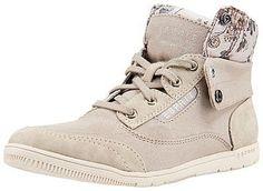 Ein romantisch sportlicher Schuh aus dem Hause ESPRIT: Der Randy Sneaker! Dieser hat ein textiles Obermaterial aus Canvas, das am Schaft mit süßen blumigen Ornamenten akzentuiert wurde. Der Schuh ist relativ hoch geschnitten, wie ein Mid Sneaker. Der Schaft lässt sich je nach Lust und Laune umklappen, um den gepolsterten blumigen Teil hervorzuheben. Der praktische Schnürverschluss sorgt für die...