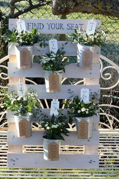 'Find your seat' pallet with flowers and zinc pots – Vestiti – Abiti Seating Plan Wedding, Wedding Table, Our Wedding, Pallet Wedding, Rustic Wedding, Tableau Marriage, Table Palette, Painted Glass Vases, Pallet Lounge