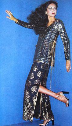 1976 Vogue sequin navy and gold dress Vogue Fashion, 70s Fashion, Timeless Fashion, Fashion Models, Fashion Beauty, Fashion Dresses, Vintage Fashion, Womens Fashion, Patti Hansen