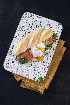 Für den perfekten Start in den Tag. Auf der Suche nach einem Brunch Rezept? Lust auf Abwechslung beim Wochenend-Brunch? Dann haben wir das perfekte Rezept für dich. Das ultimative Frühstücks-Sandwich kombiniert Lachs mit Spinat und Ei - also allen Zutaten, die du für ein herzhaftes Frühstück brauchst. #reschundfrisch #amliebstenimmer #frühstücksbrunch #sandwich #brunch Baguette, Simple Things, Sandwiches, Food, Brunch Ideas, Savory Breakfast, Brunch Recipes, Spinach, Salmon