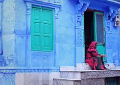 È il colore del cielo, del mare, del ghiaccio, delle montagne, di alcuni liquori, ma viene accostato anche alla nostalgia e alla musica. E il blu è ciò che accomuna questi 10 luoghi che vi emozioneranno.