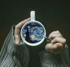 ufo-the-truth-is-out-there:Vincent Van Gogh - The Starry Night: coffee art. Creative Photography, Art Photography, Photography Editing, Van Gogh Arte, Gogh The Starry Night, Vincent Willem Van Gogh, Night Coffee, Coffee Break, Photo Grid
