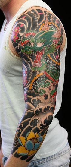 tatouage bras homme japonais-dragon-vagues-fleurs