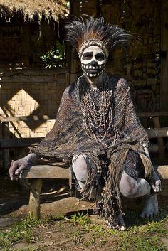 Image: Rita Willaert: Chimbu Skeleton Dancers in Papua New Guinea We Are The World, People Around The World, Skeleton Warrior, Skeleton Body, Larp, Afrique Art, West Papua, Anthropologie, Papua New Guinea
