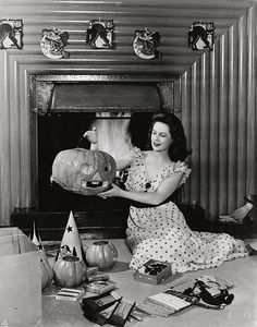 1942 vintage Halloween photo woman and pumpkins Retro Halloween, Halloween Fotos, Halloween Pin Up, Vintage Halloween Photos, Halloween Pictures, Vintage Holiday, Spooky Halloween, Holidays Halloween, Halloween Crafts