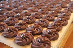 Suklaaruusu- pikkuleipä: 400 g voita 200 g sokeria 400 g vehnäjauhoja 20 g tummaa kaakaojauhetta Ota voi...