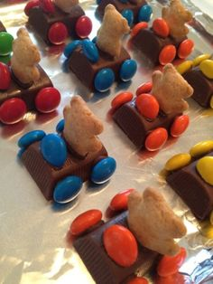 chocolate teddy bear racecars  Such a great idea for T's bday treat she brings to daycare!