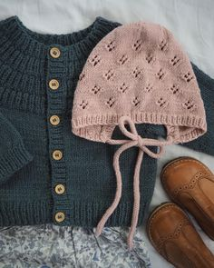 Pat Lefkovith Ankers Jakke & Rigmors Kyse 🌿 Ved I, hvad det bedste ved outfit. Knitting For Kids, Baby Knitting Patterns, Hand Knitting, Baby Girl Fashion, Fashion Kids, Hand Knit Blanket, I Cord, Baby Kids Clothes, Knitted Baby Clothes