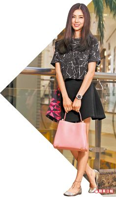 孫瑩瑩沉浸在幸福的新婚喜悅中,身上的粉紅色Corina包款2萬6300元。