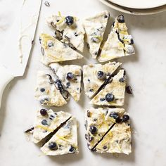 Enjoy a tasty and delicious meal with your loved ones. Learn how to make Blueberry cheesecake-yogurt bark & see the Smartpoints value of this great recipe.
