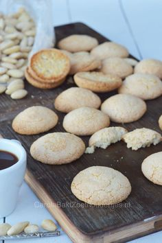 Bitterkoekjes, Dutch cookies, how to make this cookies with almond flour! Dutch Recipes, Easy Cookie Recipes, Sweet Recipes, Baking Recipes, Crinkle Cookies, Cake Cookies, Dutch Cookies, Almond Flour Cookies, Macaroon Recipes