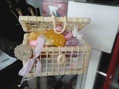 Cesta de sabonetes com formatos de  frutas e biscoitos.