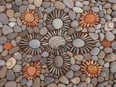 Un artiste utilise des feuilles et des cailloux pour réaliser de splendides motifs perdus en pleine nature | Daily Geek Show