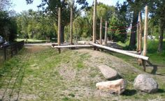 Beleef Kethelpoort – Natuurspeeltuin in Schiedam. Rennen,springen stoeien en urenlang speelplezier in de speeltuin. Ontdek ook het gave zand/waterspel voor jong en oud.