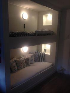 Stapelbed bunkbed 80x200 met verlichte koof. Bovenbed heeft een elektrisch verstelbare lattenbodem van de Ikea. Door een bedbreedte van 80 te kiezen blijft het optisch een ruime kamer.
