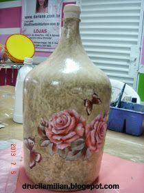 Bom Dia! Hoje compartilho com vocês mais uma técnica de reciclagem em garrafas e garrafões de vidro. Materiais: Primer; ...