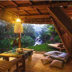Quem não se encanta pelo estilo dos hotéis e casas de Bali, despretensioso e sempre surpreendente. Neste espaço absolutamente tudo foi feito em bambu, estrutura do telhado, moveis e esteira. #olioliteam #olioli #exteriordesign #bali #bambu