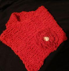 Cuello en lana natural tejido con telar maya. Adorno flor de telar.