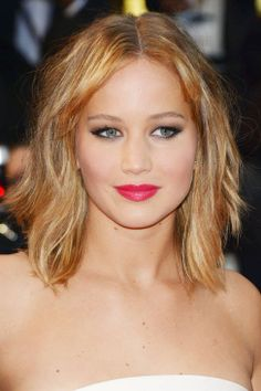 Jennifer Lawrence A bright watermelon pout and smoked-out brown eyes defined the look for The Hunger Games star at the Cannes Film Festival. The key to pulling off the bold statement? A white gown, said Lawrence's makeup artist Kay Montano. Celebrity Wedding Makeup, Romantic Wedding Makeup, Best Wedding Makeup, Wedding Hair And Makeup, Bridal Makeup, Celebrity Weddings, Wedding Lips, Party Makeup, Wedding Beauty