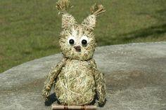 Sovička ze sena Ručně vyrobená sovička ze sena.Výška 15 cm.