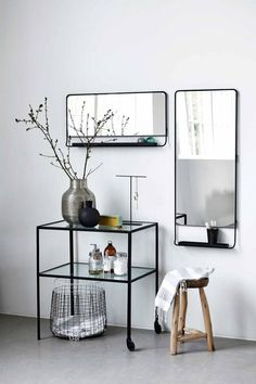 Smukke House Doctor Chic spejle med hylde i sort. Den Chic er ideel til at kombinere stue, entre eller soveværelse. Kombiner ting ud!